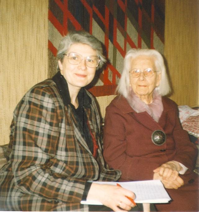 Mare Torm koos Marta Haasiga, kes oli üks esimesi kutselisi lasteaednikke Eestis.